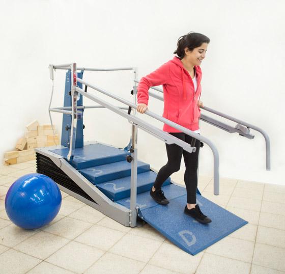 Therapietreppe Dynamic Stair Trainer mit Frau
