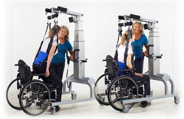 Frau im Rollstuhl am LiteGait