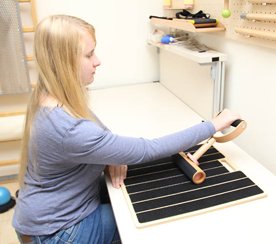 Frau im selbständigen Training mit Panat Laptool