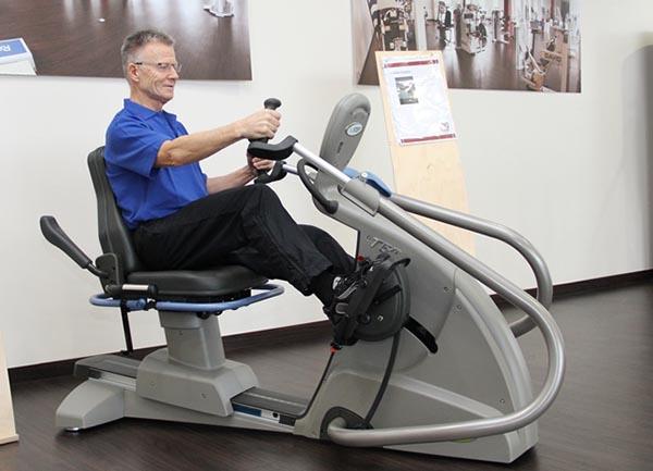 Herr trainiert auf NuStep in der Physiotherapie nach Physio-Aspect