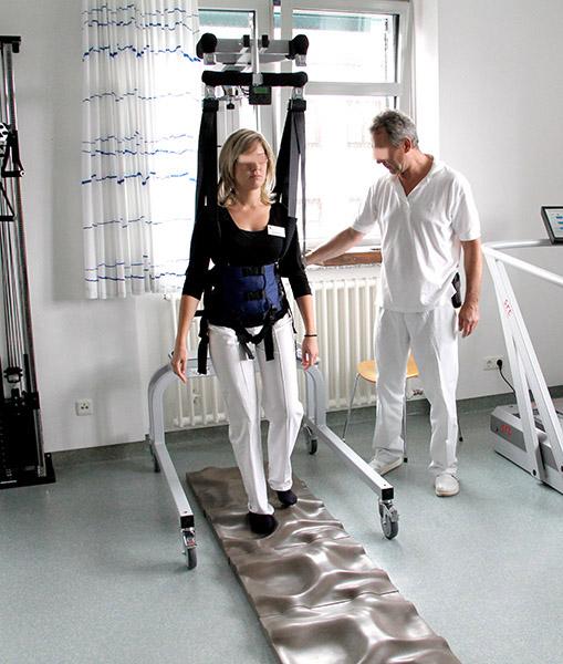 Patientin mit LiteGait über Terra Sensa Platten