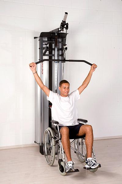 Universal Sequenz Kombitrainer USK mit Patient im Rollstuhl 2