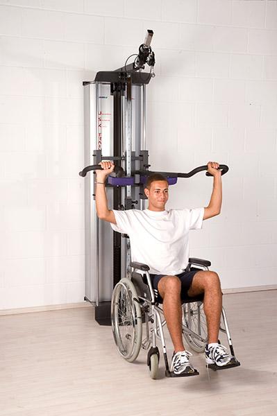 Universal Sequenz Kombitrainer USK mit Patient im Rollstuhl